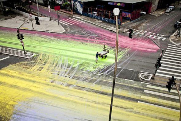 Projet de peinture grandeur nature  Découverte ce matin de ce projet génial qui consiste à répandre de grands seaux de peinture à un carrefour à Sao Paulo et laisser la circulation des voitures faire le reste. Cela crée une oeuvre d'art éphémère surdimensionnée où les aléas de la circulation remplacent les pinceaux.
