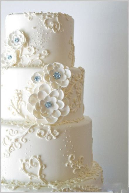 gâteau de mariage blanc @ http://revedenazaire.wordpress.com/2013/11/01/gateau-de-mariage-le-bonheur-de-votre-mariage/