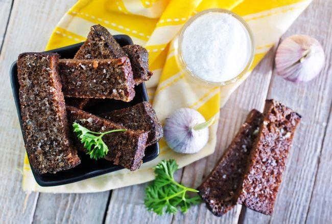 Самые ароматные и пряные домашние сухарики получаются с чесноком. Их можно подавать в качестве закуски или добавлять в суп. Чаще всего такие гренки готовят в духовке или на сковороде.