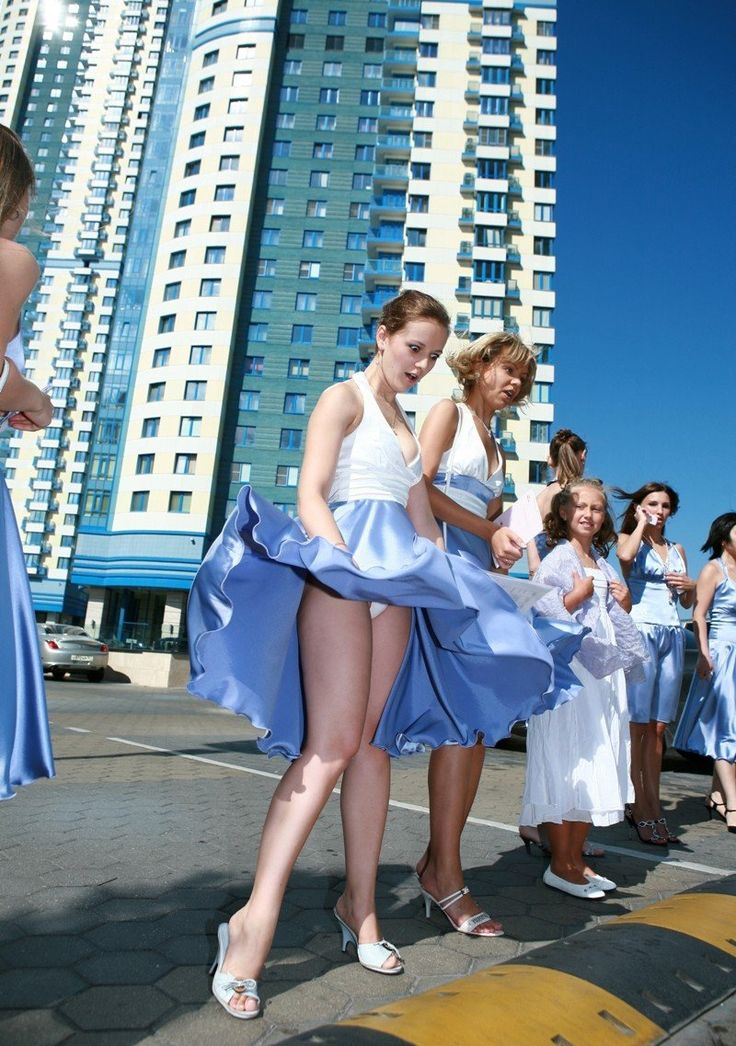 Женщины поднимают подол платья фото #8