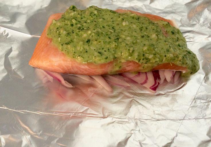 Salmón en cebolla morada y salsa verde ( albahaca + espinaca + yogurt natural + semillas de maravilla semillas de zapallo y mani)