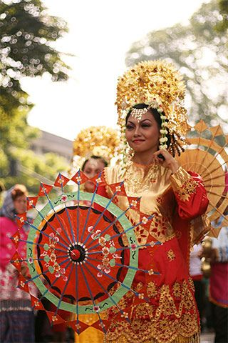 Payung dance, Payakumbuh-West Sumatra. Indonesia is so culturally rich & diverse!