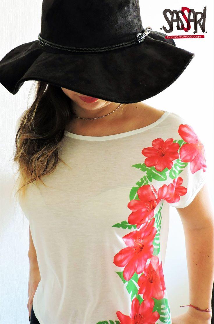 Polera con exóticas Flores en un costado.Diseño Exclusivo  Colección Limitada Valor:$14.000