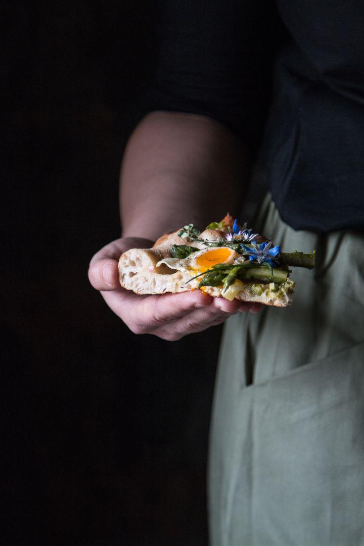Pizza con asparagi uova di quaglia e fiori di campo