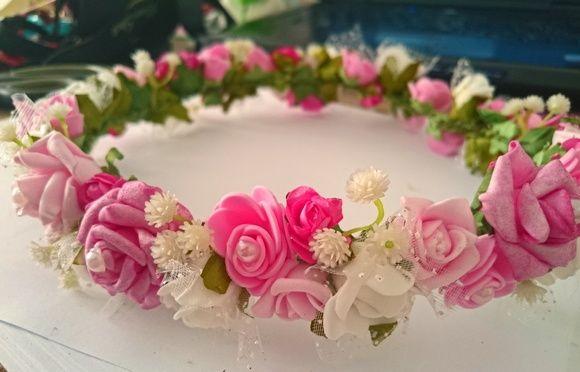 Como não amar flores?  Elas são lindas, delicadas e muito, muito românticas.  Quando usadas no cabelo então, nos transmitem uma certa inocência, um ar de mistério e muito romance.  Coroas de flores são perfeitas para momentos românticos como ensaios de casal, e cerimônias de casamento. Nas crianç...