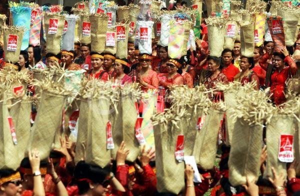 Ribuan wanita menari diiringi gondang batak mengelilingi Lapangan sambil menjunjung wadah berisikan masing masing 1kg beras Tari Tandok Gondang Batak, pada kegiatan Hari Ulang Tahun Punguan Simbolon Dohot Boruna Indonesia (PSBI) ke 4 yang dilaksanakan di Lapangan Benteng Medan,Sumut, Sabtu (9/7/2011). Tarian bakul beras (Tandok) yang diljunjung lebih dari seribu ibu ibu tersebut menembus Museum Rekor Indonesia (MURI). (Tribun Medan/Dedy Sinuhaji)