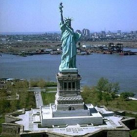 Elle fut construite en France et offerte par le peuple français, en signe d'amitié entre les deux nations, pour célébrer le centenaire de la déclaration d'indépendance américaine. La statue fut inaugurée le 28 octobre 1886 en présence du président des États-Unis, Grover Cleveland, sculpteur français Auguste Bartholdi - 46,05 m de haut, sans le socle, 93 m socle compris