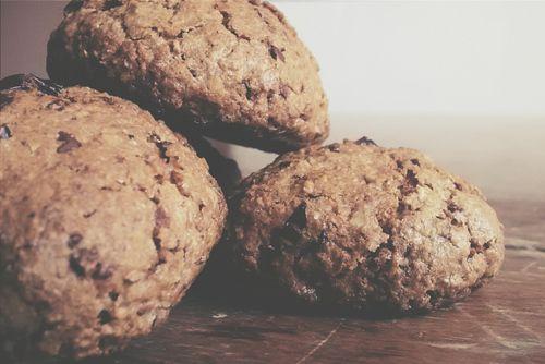 Havermoutkoekjes met Cranberries en Pure Chocolade.   Zo zit je via Facebook te chatten met iemand die ook de FODMAPs uit het eten aan het verbannen is; en zo is het idee geboren om koekjes te bakken! Want in de supermarkt is 't niet veel soeps…