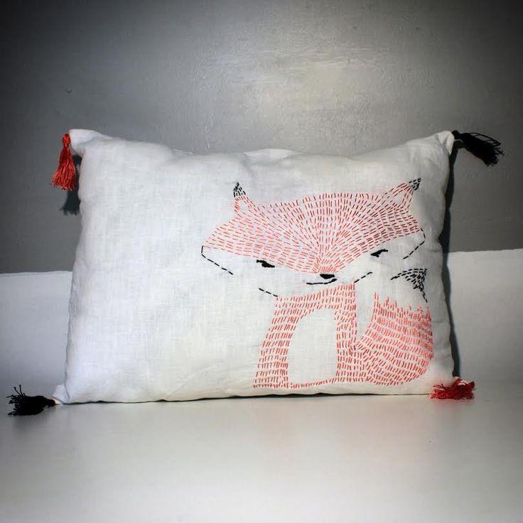 Coussin en coton avec un renard brodé esprit scandinave et pompons oranges et noirs : Textiles et tapis par au-coeur-des-choses