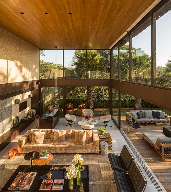 Em um cenário dos sonhos, a arquiteta Fernanda Marquesprojetou sua casa de820 m² em um perfeito equilíbrio entre natureza e concreto. É até difícil acred