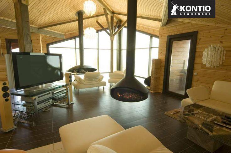 Séjour dans un chalet en bois KONTIO avec cheminée centrale.  http://www.kontio.fr/