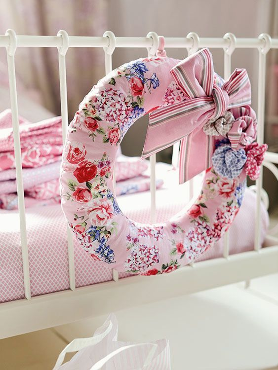 DIY-Anleitung: Dekorativen Stoffkranz mit Schleifen und Blüten nähen / sewing inspiration: how to sew a fabric wreath with floral print via DaWanda.com