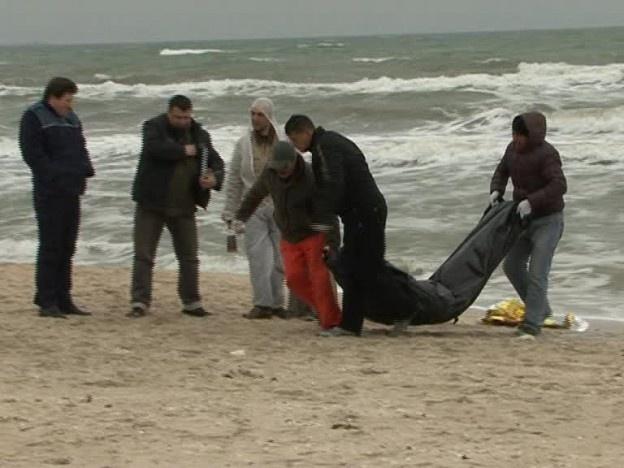 Un bucureştean a fost găsit înecat azi dimineaţă în zona Hotelului SAVOY din Mamaia de către un localnic care făcea jogging împreuna cu soţia sa.    Constănţeanul l-a văzut plutind între ape şi s-a băgat dupa el ca să-l tragă la mal, iar soţia sa a sunat la 112. Victima este din Bucureşti, are 36 de ani, iar pe mal în dreptul unde s-a înecat a fost găsit un pachet de ţigări, un portmoneu cu acte şi bani şi o sticla de whiskey.