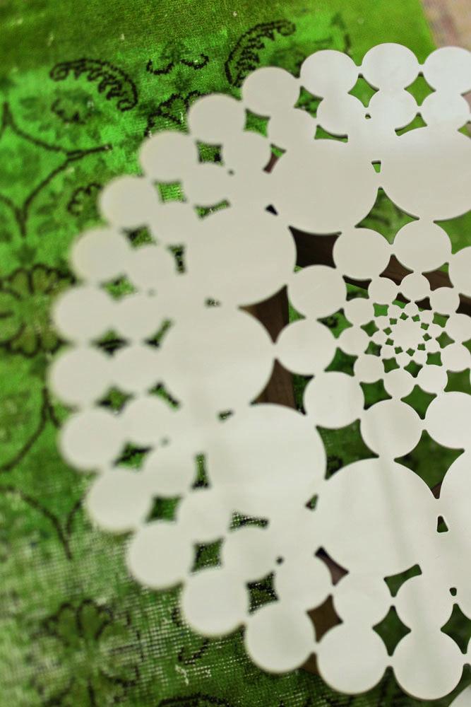 Una collezione caratterizzata dall'accostamento di due volumi, una scocca imbottita che avvolge in continuità i grandi cuscini di seduta. Forme curve esaltate dall'assenza totale di spigoli e dalla morbidezza del tessuto, stimolo sensoriale impreziosito da un decoro trapuntato dove il filo, come una matita, segna un'elegante geometria tridimensionale. Redondo, nel disegno, si ispira agli interni … Continua
