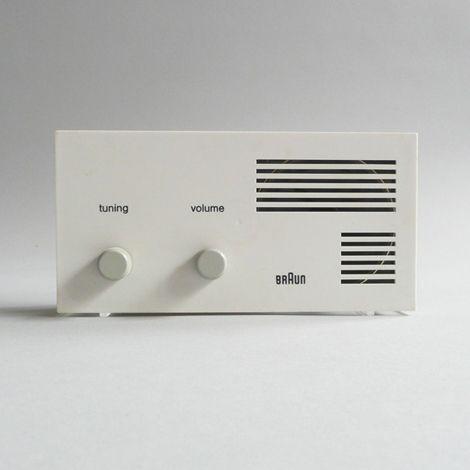 Niks overbodigs, dus enkel wat nodig is om deze radio te bedienen. Het typische lijnenspel wat in veel zijn ontwerpen te zien.