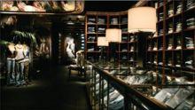 """Dans ses magasins, Abercrombie joue sur 4 sens :  La vue : les vêtements sont mis en lumière et le reste du magasin est plongé dans l'obscurité.  L'odorat : diffusion de leur parfum « Fierce N°8 » dans tout le magasin, sur les vêtements et hors de la boutique. L'ouïe : la musique électro donne l'impression d'être dans une boîte de nuit. Le toucher : étude des textiles « soft touch », possibilité de toucher les produits. source """"http://www.1min30.com/"""""""