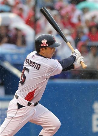 Shinya Miyamoto (Tokyo Yakult Swallows) reaches 2000 hits.