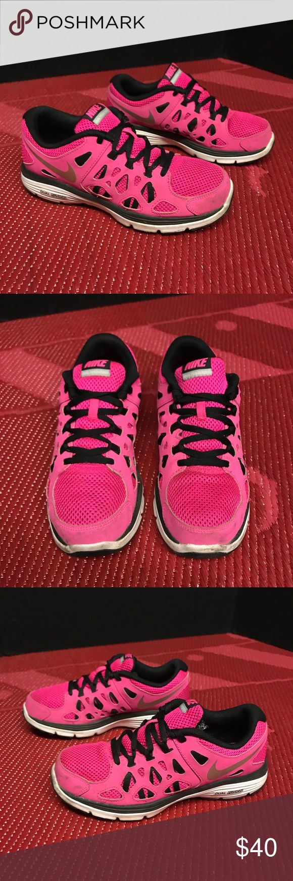 Nike Dual Fusion Run 2 Women's 7 These Nikes are in amazing condition and they're pet free and smoke free! Nike Shoes Athletic Shoes