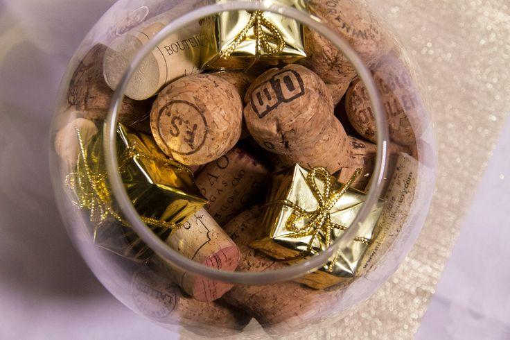 Recyclez vos vieux bouchons de vin et champagne en centre de table! Ajoutez quelques éléments décoratifs dorés et le tour est joué. Les amoureux du champagne raffoleront de cette idée déco à la fois simple et sophistiquée!