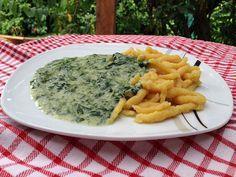 Selbstgemachte vegane Spätzle mit leckerer Spinat-Frischkäse-Sauce - schmecken wie echte Eierspätzle!