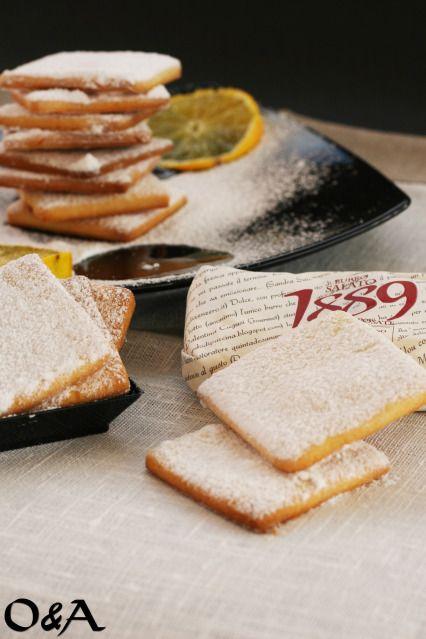 Biscotti con farina di riso, al burro salato aromatizzati all'arancia  200 Gr di farina di riso 100 Gr di  burro salato 1889 Fattorie Fiandino 80 Gr di zucchero semolato 1 uovo 1 cucchiaino di lievito per dolci Un pizzico di sale Zucchero a velo Buccia di arancia grattugiata