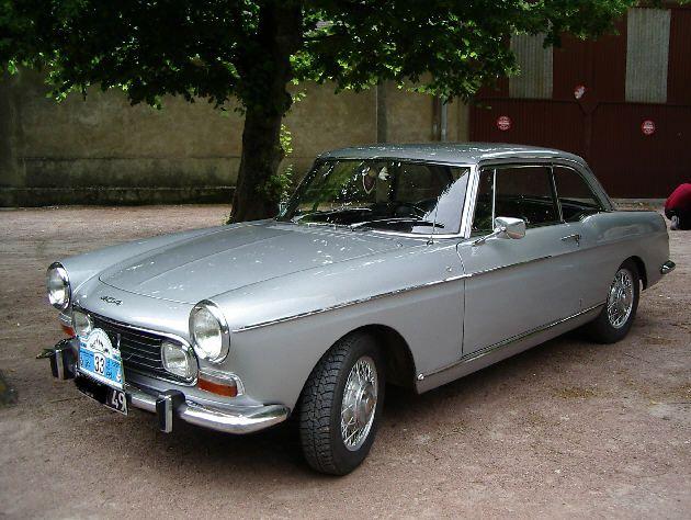 Peugeot 404 coupe 1967.Les 404 coupés ou cabriolets conçus et assemblés chez Pininfarina à Turin., portent la griffe du maître carrossier. La Peugeot 404 coupé a été présenté Au salon de Paris en octobre 1962, il est équipé du premier moteur à injection directe (85 ch.) monté pour le première fois en grande série en Europe En 1967/68, les évolutions principales pour le coupé, comme le cabriolet, deux énormes phares, nouveau tableau de bord .