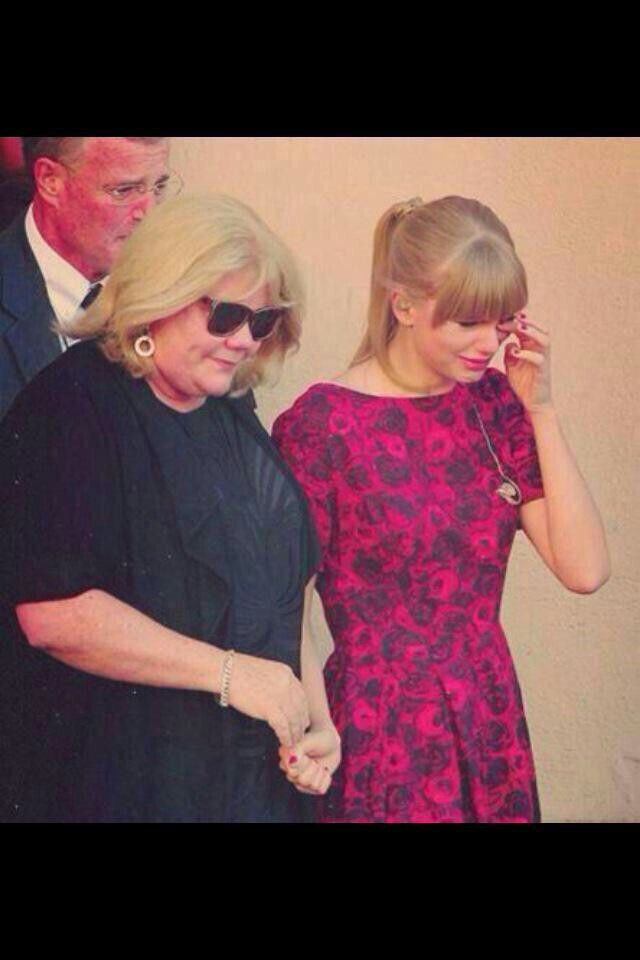 Awww!!! Taylor swift's mum was recently been diagnosed with cancer! !!  I don't like Taylor but Im 100000000% sad for and with her.