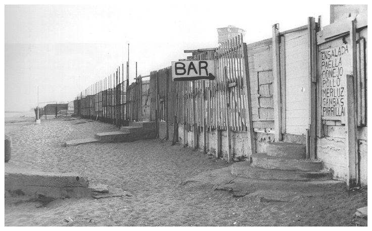 Barcelona 1950's Aspecte que oferien els xiringuitos de la Barceloneta per la part que donava a la platja.