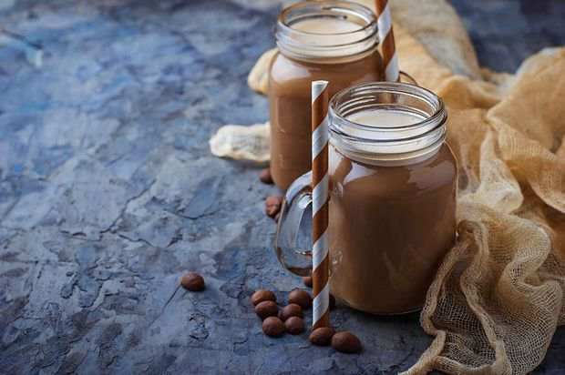 Nu de dagen terug wat zonniger worden, denk je waarschijnlijk eerder aan frisdrank (of cocktails) dan aan koffie. Toch kan koffie als perfecte basis dienen voor heel wat smaakvolle en verkoelende drankjes. Deze vijf combinaties zijn goed om mee te starten.