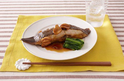 骨つきの切り身魚を煮ると、骨からもうまみが出ておいしくなります。汁を煮立ててから入れると、表面に素早く火が通って魚のうまみを逃がさず煮ることができます。甘辛しょうゆ味が焼酎によく合います。