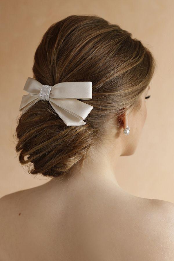Tendência de penteado para noivas: chignon soltinho - coque baixo com acessórios laterais ( Penteado: Sandro Dessou | Laço para o cabelo: Wanda Borges | Foto: Larissa Felsen )