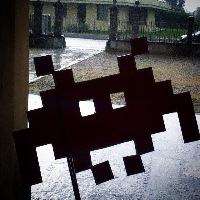 L'ultima parte dell'invasione salta causa pioggia. L'invader non sembra apprezzare particolarmente la cosa. #idpiadena #invasionidigitali #invasionidigitalicr #rain #pioggia