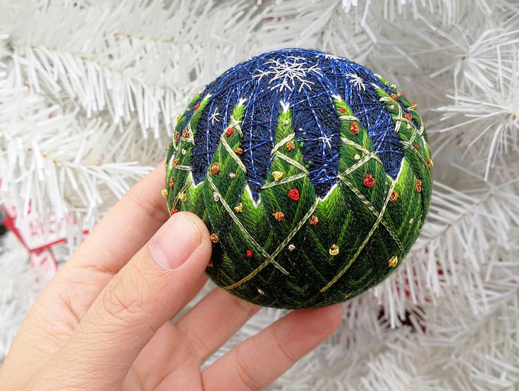 HOHOHO…… 我等不及圣诞节的时候才发出来 继去年的圣诞老人手鞠在手鞠圈里诞生好多同款老人后,我今年的12圣诞树也迫不及待冒出来了 围绕在湖边的12棵圣诞树~灯光灿烂~还飘着雪花~啧啧啧…… #手鞠 #手毬 #temariball #temariballs #圣诞老人 # #handmade #santa #christmastree #缘毬会 #伟嘉手鞠 #christmas
