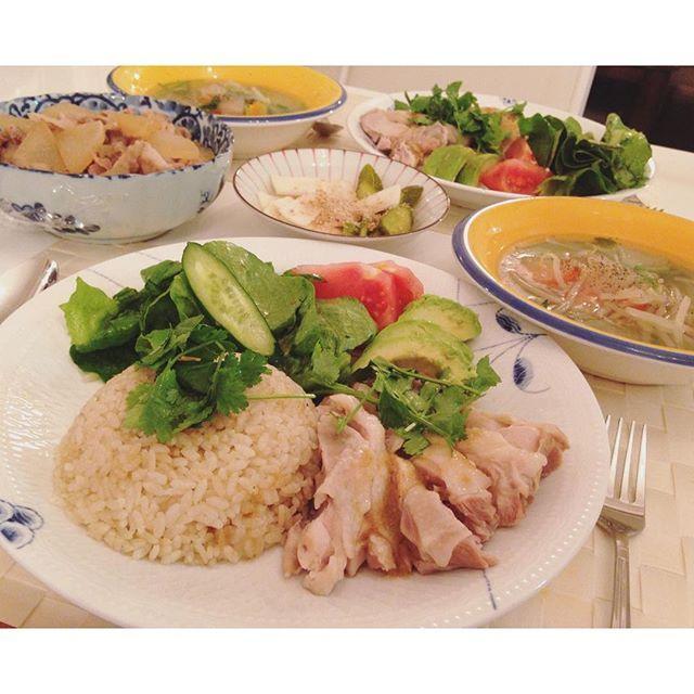 shina_0128. . . おうちごはん . #シンガポール#チキンライス #シンガポール風#パクチー#スープ . . #おうちごはん #夜ごはん #夜ご飯 #晩飯 #dinner #よるごはん#salad #おうちカフェ #home #タイ米#ジャスミンライス #鶏飯#cooking #アボカド #ご飯 #シンガポール料理#kaumo #phakchi