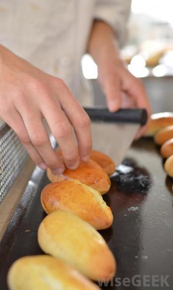 パンシェルジュ検定を取得するには、パンの製法はもちろんのこと、歴史やいろいろな国のパンについてなど、パンに関するあらゆる知識が必要になります。自宅でのパン作りや、普段パンを食べるのがもっと楽しくなるだけではなく、専門知識を生かして、パン教室を開いたり、パン屋さん経営を目指したりすることも可能です。