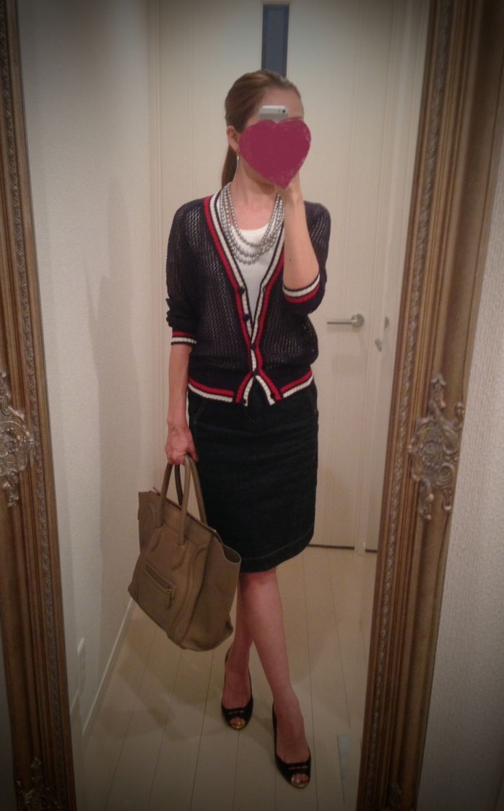 Black sweater with red and white border, black skirt, white T shirt, brown bag and black heels - http://ameblo.jp/nyprtkifml