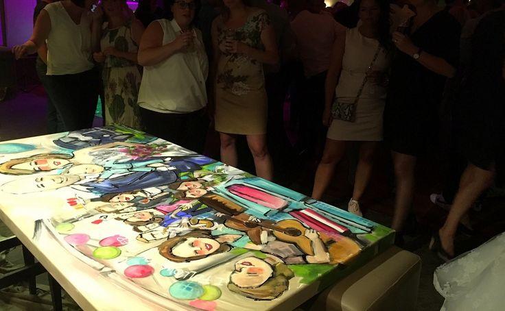 Live paint door Peggy van Gurp op een bruiloft in de Tramhalte in Duizel met gitaarspel door vriendinnen en mooie lampionnen