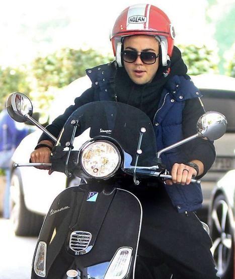 Nach dem Training beim FC Bayern: Moped-Mario düst ab - Ciao! Götze fährt auf seiner Vespa vom Hof, wirkt mit Helm und Brille jungenhaft. Der Roller macht ihm weniger Parkplatzprobleme als sein Dienstwagen (Audi RS5 Cabrio) http://www.bild.de/sport/fussball/mario-goetze/duest-auf-moped-ab-40880378.bild.html