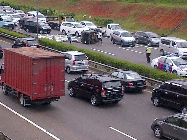 12:56 Kecelakaan Pick up terbalik di KM 34 Tol Bambu Apus (arah ke Kp Rambutan), lalin tersendat & msh penanganan Petugas Polri.