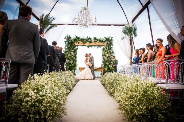 Continuando no clima de praia, hoje temos um lindo casamento com vista para o mar, em Jurerê Internacional! Dani e Darian se conheceram em uma festa, em Jo