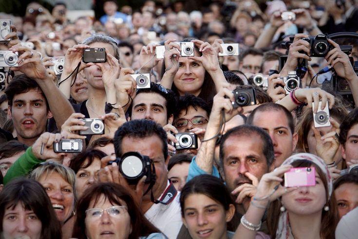 Май 2008. Канны, Франция. Зрители у Дворца  фестивалей видят живого Стивена Спилберга  перед премьерой его фильма Индиана Джонс и  королевство Хрустального черепа.