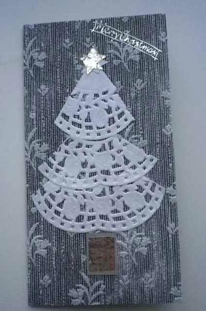 Easy Christmas card idea: use doilies cut into arc segments to form a Christmas tree!