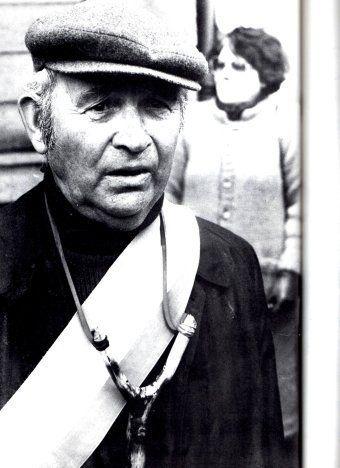Le maire de Plogoff, Jean-Marie Kerloc'h arbore un lance-pierre pour affirmer que lui aussi mérite d'être arrêté.