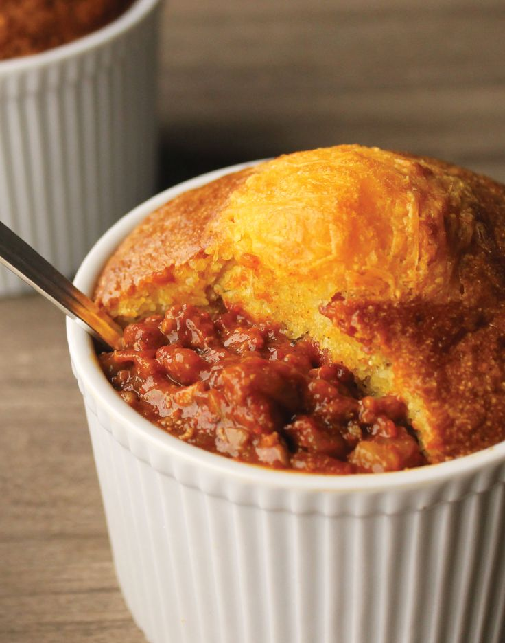 ... bacon corn bread crust! YUM! #soup #chili #cornbread #recipe #cheese #