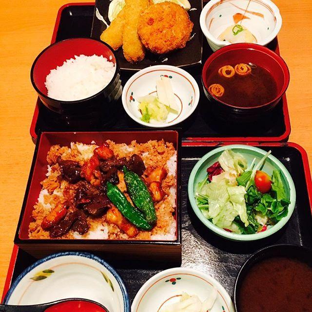 ***** . . 今日のお昼は〜❣️ . 会社の同僚とまた日本海庄やへ。 . 私は焼き鶏重を同僚は日替りの串カツ&コロッケを . いただきましたー😋鷄はもちろん砂肝、肝と . 部位が色々食べれました。 . 意外にご飯の量があってお腹いっぱいになりました . ごちそうさまでした🙏 . 昼からも仕事頑張ります👍 . . . #日本海庄や#魚#定食#肉#刺身#焼き鶏重#庄や#記録用post