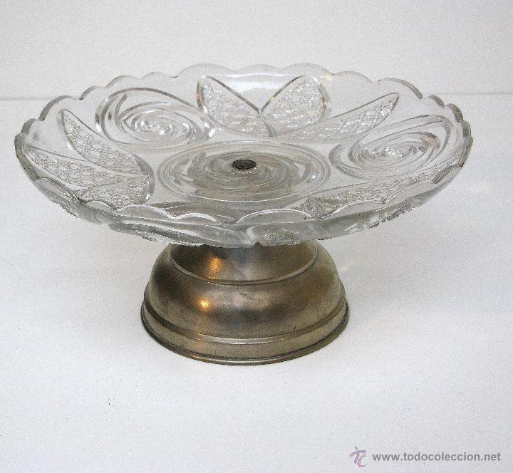 Antiguo centro de mesa en cristal prensado y metal.