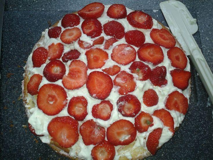 Aardbeien bavourise taart met slagroom