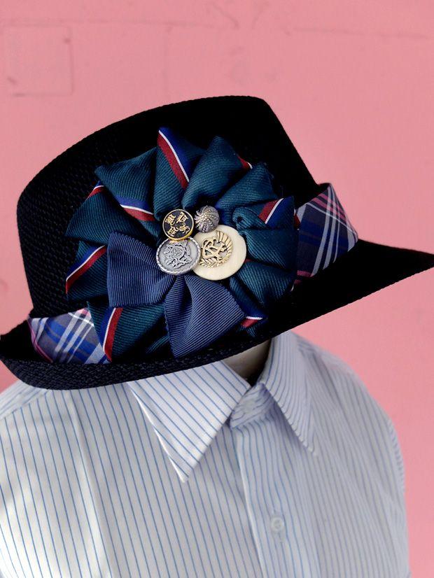ヴィンテージネクタイを、コサージュにリメイクしました。 同じ柄とは二度と出会えないネクタイ柄たちです。 アンティークのボタンやパーツ、ネクタイのタグなどをアクセントにしています。 お洋服につけても、ヘアアクセサリーとしても、帽子やバッグなどにつけるこ ...