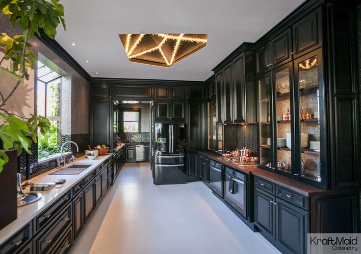 Kraftmaid S Onyx Paint Gives The House Beautiful 2014 Kitchen Of The Year A Bold Dynamic
