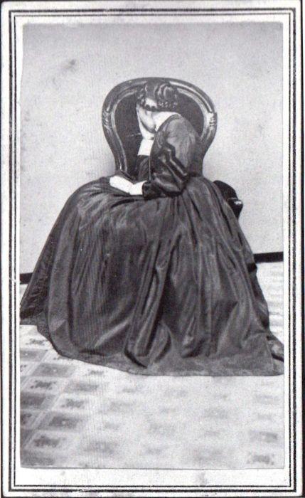La mujer de luto, ca 1870